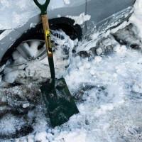 wyciąganie samochodu z zasp śnieżnych